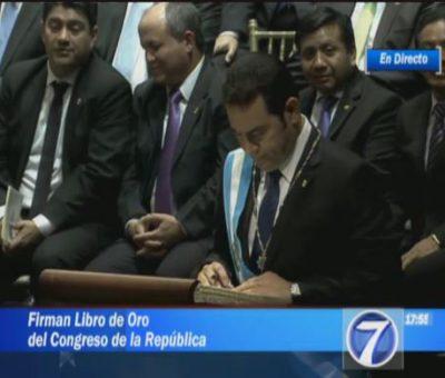 VIDEO: Firma del Libro de Oro de Jimmy Morales y Jafeth Cabrera