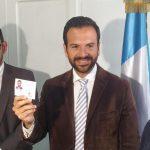Luis Enrique Cruz (Veneno) recibe su credencial
