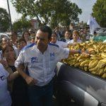 Jimmy Morales entrega alimentos